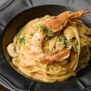 海老を丸ごと使用。海老の風味が溶け込んだクリームソースと絡めていただく『海老みそスパゲッティ』。オープンより高い人気を誇るメニューです。
