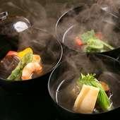 コースの最初に提供される、日本料理の献立の要。季節感たっぷりの『季節の椀盛り』
