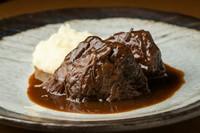 じっくり煮込まれた肉が口の中でホロホロに。バルサミコとの相性も抜群な『道産牛ホホ肉のバルサミコ煮』
