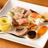 和食の八寸をイメージ。多彩な調理法で素材の味わいを楽しめる『アミューズの盛り合わせ』