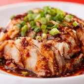 柔らかくジューシーな鶏肉に、自家製ラー油を使用した特製ソースを絡めて食べる『よだれ鶏』