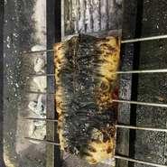 炭でパリッと焼き上げます。シェフ特性のソースで。ソースや付け合わせは時々で変わるので、変化も楽しんでください。