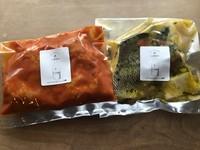 奥三河鶏のもも肉を自家製のトマトソースで煮込みました。ご家庭でアレンジ出来るレシピ付きです。チーズを乗せてグラタン風にしても◎お家で温めて食べるタイプです。2人前250gです。(写真右)