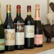 料理との相性を考えセレクトされた、フランス産ワインたち。17種類のワインは、オーナーシェフがフランス在住時代に見つけたものを中心にそろえています。フランス経験があるからこそのラインナップに出合えます。