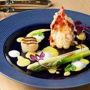 オマール海老を一尾贅沢に使用したスペシャリテ。ソースは、魚と野菜の出汁にマッシュルームで香りづけし、ノイリー・プラットでプロヴァンス風に。そこにバニラビーンズを1日漬け込み香り豊かに仕上げた逸品です。