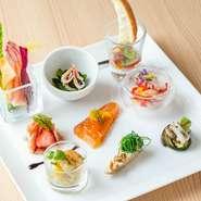 """前菜9品又は10種類で味わえる、魚介や肉、野菜など、18種類以上の食材の前菜。和食の""""八寸""""のように多彩で箸で気軽にいただけるワクワクする一皿です。"""