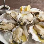 北海道や三陸を中心に漁港から、毎朝届く新鮮な牡蠣。その豊かな味わいを満喫するには、生でいただくのがおススメ。レモンを絞っていただくと、また違った美味しさを楽しめます。