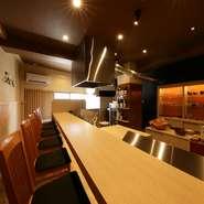 席はカウンター席のみで全6席。そのため、天ぷらとお酒をじっくり楽しめます。和やかで落ち着いた雰囲気の中、目の前で天ぷらを揚げる様子も楽しめるので、一人でも気兼ねなく来店できます。