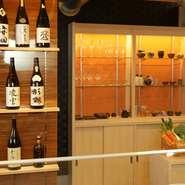 和モダンのシックな店内は、高級感たっぷり。カウンターの中がしっかり見えるよう、天ぷら鍋にもカバーをせず、ガラスで油はねを防止。器は陶器の作家につくってもらったものなど、一点ものも多く利用しています。
