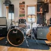 シニア交流の場として、演奏会や音楽会を定期的に開催。