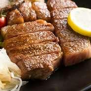 信頼できるプロから仕入れる「広島産牛」は【寅兎午】の自慢の食材。ヒレ、サーロインはチルドの状態で品質を保ち、新鮮な素材本来の旨みをダイレクトに堪能できます。高品質だからこそ叶う味わいです。