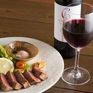 店主が目利きしたこだわりの上質肉は格別。お酒も豊富に取り揃えているので、マリアージュを楽しむこともできます。英語メニューも用意され、行き届いたサービスも魅力。個室で上質を愉しむ接待にも最適です。