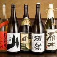 酒通にも楽しんでもらえるよう、銘酒から定番のものまで様々なお酒がズラリ。ワインリストを眺めながら店主に相談することもできます。人気の名酒『獺祭』や『雁木』など、日本を代表する酒や焼酎もそろっています。