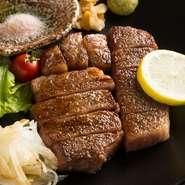 サシの入った広島県産牛のサーロインを使用。塩・ブラックコショウのみで味つけ、高温の鉄板で焼き上げ旨みを封じ込めています。噛むほどに肉汁があふれる、脂の旨みと甘みを存分に堪能できる一品です。