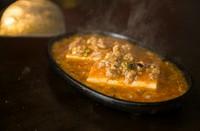 ジュワ~っと蒸気と香りが立ち込めるライブ感あふれる『鉄板焼屋のマーボー豆腐』
