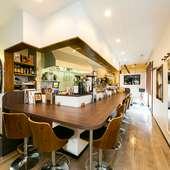 オープンキッチンスタイルのゆったりできるカウンター席