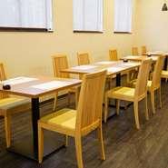 店内はテーブル席のみの作りです。広々とゆったりとくつろげます。大事なお客様との接待やランチミーティングなどに理想的です。