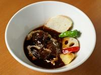 冬季限定のビーフシチュー。とろけるまでに煮込まれたお肉の食感と深いコクと香りで楽しませる、冬のお楽しみメニューです。