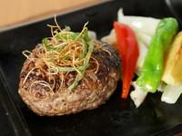 ハンバーグソースは2種類から選べます(おろし醤油・京風デミグラス)。前菜・汁物・サラダ・甘味付き。