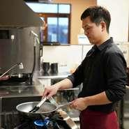"""""""生産者の想いの詰まった食材のため、すべての工程を大切にしたい""""と村川氏。1つひとつの調理工程に加え、提供の際もコース料理のように丁寧に1品ずつ紹介。ゲストの下に届ける瞬間も重要視しています。"""