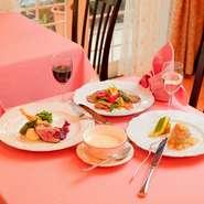 食材はシェフ自ら市場へ出向き、自らの目で見て厳選。長年の経験と本場のセンスで選ぶ、季節を感じる新鮮な食材の数々は、品質や鮮度だけでなく健康や安全にも配慮して選んでいるので、安心して食事を楽しめます。