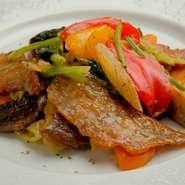 柔らかくしっとりとしたフィレの部分をソテーしてあります。10種類以上の野菜を使って煮詰めたソースは、油がわずかしか使われていないのであっさりと体に優しい味わいです。ランチのメイン料理での提供になります。