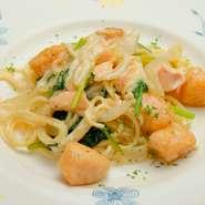 フランス風パスタは、麺をソースで煮込むので柔らかくもちもちした食感が魅力です。日によっておすすめの食材、ソースが変わるのでパスタ好きなら何度行っても楽しめます。ランチのメイン料理パスタで選択できます。