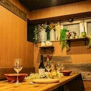 広々とした空間を彩るインテリアは細部までこだわり落ち着いたなかにも華やかさを演出! 話題の「希少部位のグリル」や「肉寿司」「パネチキン」など様々お料理をお楽しみください。