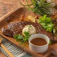 選りすぐりの和牛を使用。霜降りの良い部分だけを使ったサーロインステーキです。美味しさを引き出す絶妙の焼き加減で提供されます。ビッグサイズで、シェアしていただくのにぴったりです。