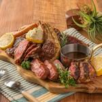 その日に仕入れられた肉の中から、良いものを3種厳選して盛り合わせた至福の一皿。使用する部位によって、肉の産地を変えるこだわりようです。4人ぐらいで食べるのにちょうど良いボリューム。