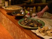 【前菜坊】の名のとおり、カウンターに並んだ大皿が食欲をそそる『日替りのおばんざい』
