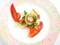 オマール海老を中心にコントラストが美しい一皿。「アスピック」は、視覚のみならず、食感・味わい・ハーモニーで五感を満たしてくれる、伝統的なフランス料理です。