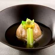 茨城県産の蓮根をすりおろし、海老、銀杏、ユリ根を射込んで蒸しあげ、油で揚げた『まんじゅう』。仕上げの銀あんのとろみが素材の旨みを上品に引き立てます。モチッとした食感、風味、舌触りも楽しい一品です。