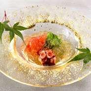 """長時間蒸し柔らかくした神奈川県佐島産の「タコ」、蛇腹に切った「胡瓜」、シロップ漬けの濃厚な「トマト」を、土佐酢のジュレとふり柚子で味わう一品。様々な食感・香り・味わいが広がる""""口内調理""""を楽しめます。"""