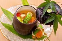 """賀茂茄子の茶碗蒸しに、アスパラガス、蓴菜、マイクロトマト、枝豆、木の芽、ヤングコーン、ウニ、イクラを加えた逸品。単体で味わうだけでなく複数の素材を口に含み完成させる""""口内調理""""の美味しさに出合えます。"""