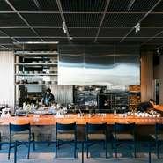 店内の奥のテーブル席は、「RED U-35」グランプリ受賞時のメダルやミシュランなどの料理に関する書物をディスプレイ。吉武氏のコレクションコーナーでもあり、友人宅に招かれたようにリラックスできます。