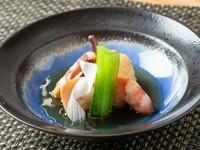 新鮮な旬魚を煮付けた季節感溢れる一皿。写真は卵とイカゲソ、小松菜、ウドの素材を生かした味付けで炊かれた煮ものです。季節、仕入れ状況で料理の内容が異なるのも楽しみの一つ。