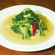 青菜を強火でシャッキリ炒めた一品。隠し味には現地で買い付けたスパイスを使用。本格的な味わいをお楽しみください。 ※大皿(2・3人前)650円