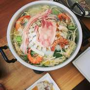 焼肉としゃぶしゃぶを同時に楽しめるタイ式焼肉鍋で、ブランド県産豚「琉美豚」のジューシーな味わいをお楽しみください。 【セット内容】県産豚「琉美豚」(2品)・エビ・イカ・葉野菜・もやし・えのき・春雨