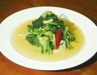 青菜を強火でシャッキリ炒めた一品。隠し味には現地で買い付けたスパイスを使用。本格的な味わいをお楽しみください。 ※大皿(2・3人前)720円