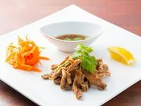 特製タレに漬け込んだ豚肉を、じっくり焼き上げたタイ風焼豚です。小さく割かれているので、とっても食べやすい。しっかりと濃い味付けにつくられており、お酒もご飯も進みます。