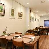 アート作品が壁面に飾られた、ハイセンスな空間