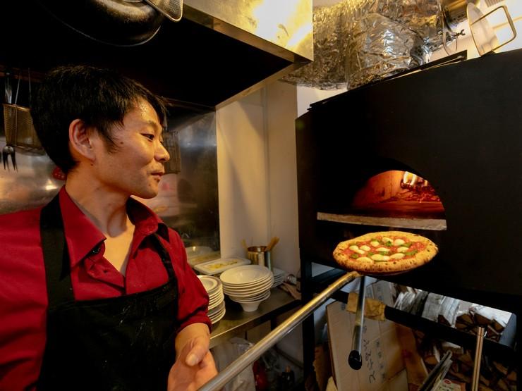 オープンキッチンで仕事しつつ、いつもフロアに目配り