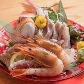 料理人が目利きした鮮度抜群の旬の魚を使用。多くのゲストが真っ先に注文する人気メニュー『お造り各種』