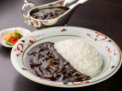 黒さの秘訣は職人のこだわりと、粋人の遊び心。東洋軒名物『松阪牛のブラックカレーライス』