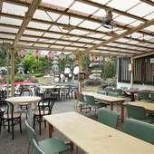 広い日本庭園を眺めて食事ができる優雅な時間