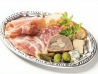 生ハム・サラミ・チーズ・パテドカンパーニュなどの盛り合わせです。ワインのおつまみに是非!