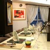 美食とワインに酔いしれて。二人の距離が縮まるカウンター席