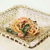 アサリのだしが豊かに香る『紅ズワイ蟹と法蓮草のスパゲッティーニ カラスミ風味』