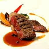 口一杯に広がるジューシーな肉の旨味『北海道産サロマ黒牛ロース肉のグリル グリーンペッパーソース』